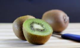 Tagli il kiwi Fotografia Stock