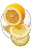 Tagli il limone su un piatto Fotografia Stock