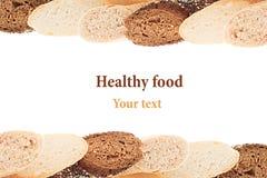 Tagli il pane delle baguette delle varietà differenti su un fondo bianco Isolato Struttura decorativa di pane Macro Struttura Fotografie Stock
