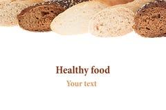 Tagli il pane delle baguette delle varietà differenti su un fondo bianco Isolato Struttura decorativa di pane Macro Struttura Fotografia Stock
