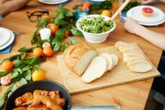 Tagli il pane servito sulla tavola immagini stock
