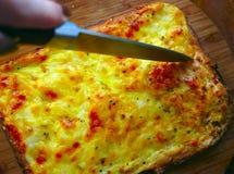 Tagli il primo piano del coltello della torta di formaggio Immagine Stock