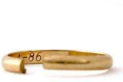 Tagli l'anello di cerimonia nuziale Fotografia Stock