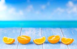 Tagli l'arancia sulla tavola di legno blu Fotografie Stock