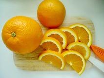 Tagli l'arancio Immagine Stock
