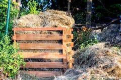 Tagli l'erba in un composter domestico fatto di legno - l'ecologia immagini stock libere da diritti