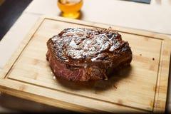Tagli la bistecca di manzo sul cutboard di legno Immagini Stock Libere da Diritti