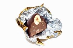tagli la caramella di cioccolato su priorità bassa bianca Fotografie Stock