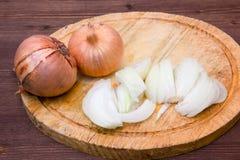 Tagli la cipolla su legno Fotografia Stock