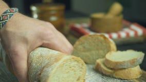 Tagli la fetta di pane al rallentatore, vicino su stock footage