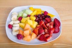 Tagli la frutta con i meloni e l'ananas delle bacche delle banane dei manghi fotografie stock libere da diritti