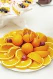 Tagli la frutta del mandarino e dell'arancia sul piatto bianco Fotografia Stock Libera da Diritti