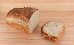 Tagli la pagnotta di pane di recente al forno con un panino di PB&J immagini stock libere da diritti