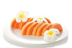 Tagli la papaia con i fiori Immagini Stock