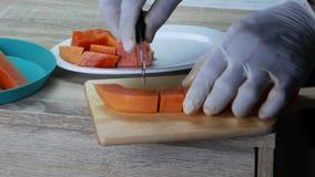 Tagli la papaia matura in pezzi archivi video