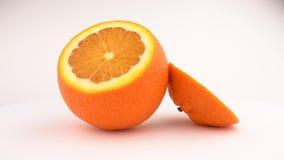 Tagli la rotazione arancio succosa della frutta Isolato su priorità bassa bianca Loopable Vista da sopra/sopraelevato Chiuda sull archivi video