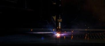 Tagli la scintilla di CNC della macchina del laser del piatto immagini stock libere da diritti