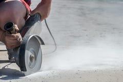 Tagli la smerigliatrice di angolo della lastra di cemento armato nell'azione Fotografie Stock Libere da Diritti