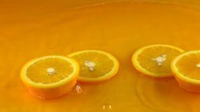 Tagli la superficie e i rebounces arancio maturi del succo d'arancia di colpi video di movimento lento video d archivio
