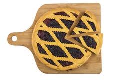 Tagli la torta del mirtillo sul tagliere di legno isolato su bianco Fotografie Stock