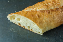 Tagli le baguette del pane sulla vista ad angolo della superficie del nero Immagini Stock