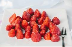 Tagli le fragole sul piatto Immagine Stock Libera da Diritti