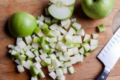 Tagli le mele verdi da sopra con il coltello Immagini Stock Libere da Diritti