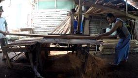 Tagli legna i lavoratori del mulino che tagliano il legno con la sega circolare archivi video
