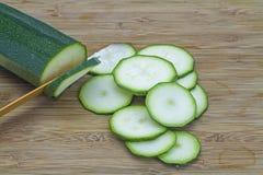 Tagli lo zucchini Immagini Stock