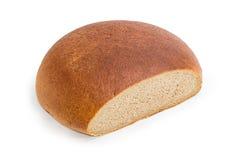 Tagli parzialmente il pane del focolare della segale e del grano su fondo bianco fotografia stock