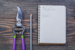 Tagli taglienti della potatura della matita del blocco note sul bordo di legno d'annata il Gard Fotografia Stock Libera da Diritti