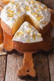 Tagli un pezzo di primo piano dei leches di Tres del dolce su una tavola verticale Immagini Stock
