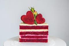 Tagli un piccolo dolce bianco rosso e, decorato con le rose ed i cuori Immagine Stock Libera da Diritti