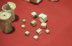 Taglia e tazze di dadi dei periodi romani antichi immagine stock libera da diritti
