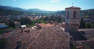 Tagliacozzo, AQ Italien Vogelperspektive des alten Stadtzentrums mit alten Häusern und Rathaus Brummen fliegt über die Dächer stock video
