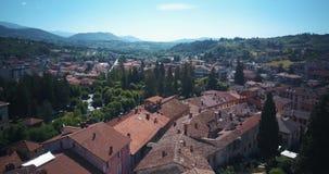 Tagliacozzo, AQ Italien Vogelperspektive des alten Stadtzentrums mit alten Häusern und Rathaus Brummen fliegt über die Dächer stock video footage