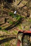 Taglialegna che per mezzo di un trattore della registrazione con l'argano Fotografia Stock Libera da Diritti
