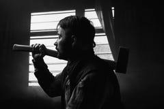 Taglialegna premurosa con il fuoco dell'ascia su priorità alta Fotografia Stock Libera da Diritti