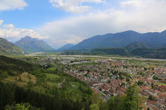 Tagliamento河和托尔梅佐镇的谷在Ital 免版税库存照片