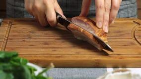 Tagliando bacon e cottura della ricevuta dell'alimento di carbonara degli spaghetti stock footage