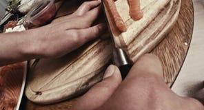 Tagliando con il coltello, vista vicina stock footage