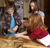 Tagliando la pasta insieme Fotografia Stock Libera da Diritti