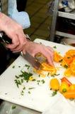 Tagliando le verdure a pezzi - preparazione della cena Fotografia Stock Libera da Diritti