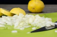 Tagliando le verdure a pezzi vicino su Fotografia Stock