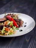Tagliata wołowina z sałatką na talerzu zdjęcia stock