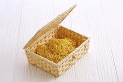 Tagliatella asciutta cinese in scatola di legno Immagini Stock