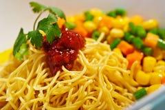 Tagliatella asiatica con salsa e le verdure Immagini Stock