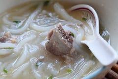 Tagliatella cinese bollita, pasta della farina di riso con la minestra della carne di maiale Fotografia Stock Libera da Diritti