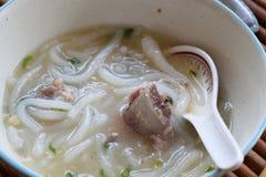 Tagliatella cinese bollita, pasta della farina di riso con la minestra della carne di maiale Immagini Stock