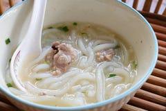 Tagliatella cinese bollita, pasta della farina di riso con la minestra della carne di maiale Fotografia Stock